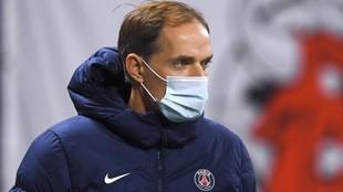 Tuchel, con gesto serio y mascarilla en un partido del PSG.
