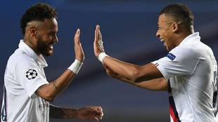 Neymar y Mbappé celebran un gol del PSG.
