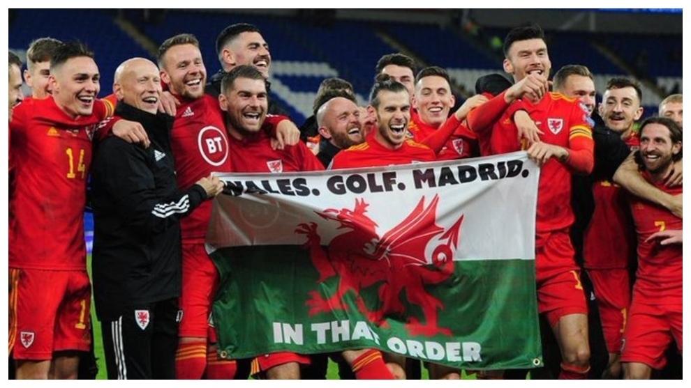Gareth Bale, junto a sus compañeros de Gales.