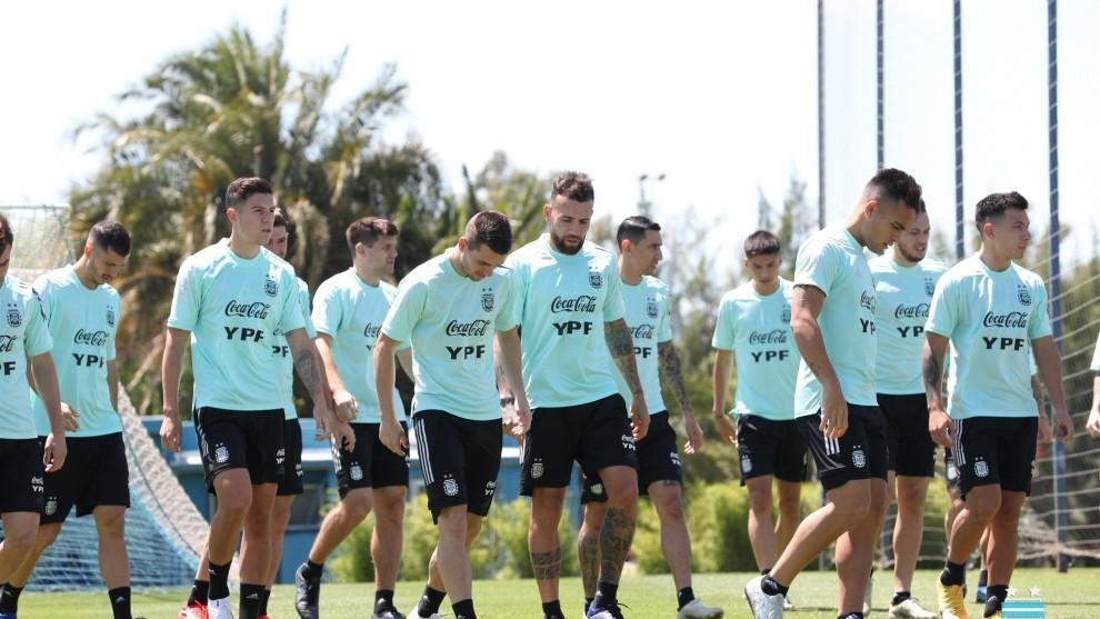 Los jugadores argentinos se entrenan preparando el partido ante Perú.