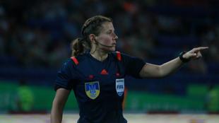 Yekaterina Monzul dirigiendo un partido.