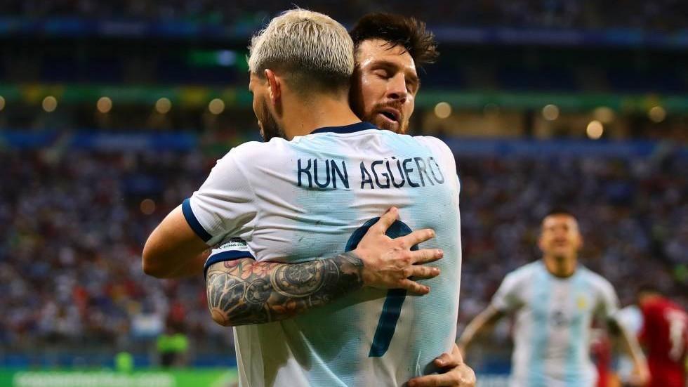 Agüero y Messi festejan un gol con Argentina.
