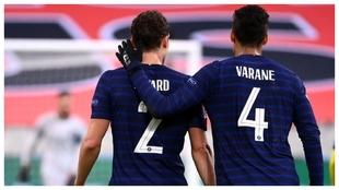 Varane y Pavard, durante el partido ante Suecia.