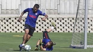 Correa regatea a Oblak en un entrenamiento del Atlético