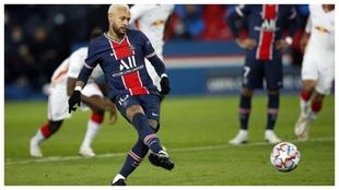 Neymar marca de penal el tanto del triunfo del PSG ante el Leipzig