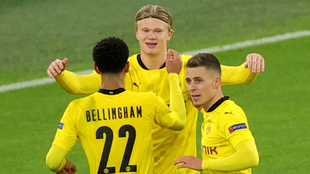 Haaland celebra uno de sus goles con sus compañeros