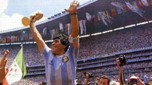 Maradona, en hombros tras ganar el Mundial de 1986