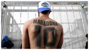 Un aficionado, con el 10 de Maradona tatuado en la espalda