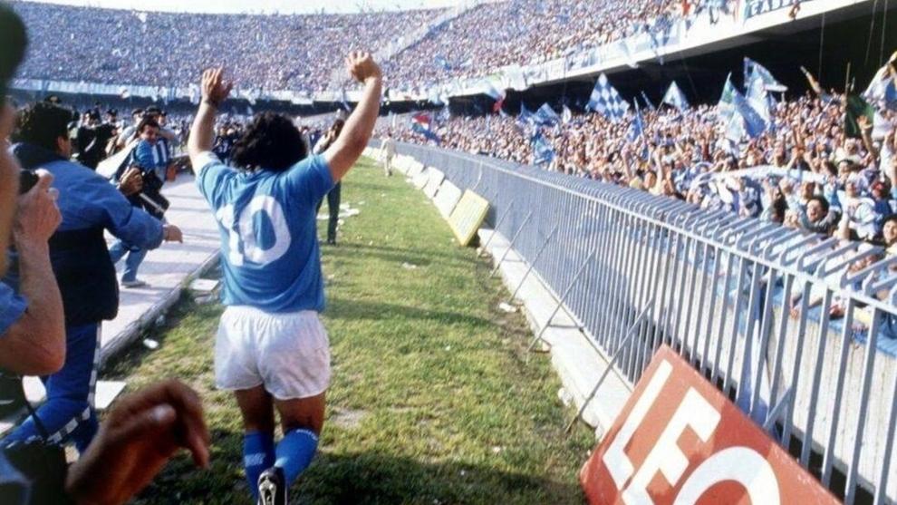 Maradona aclamado por los aficionados del Napoli en San Paolo