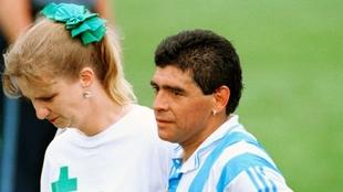 Maradona, en el momento en el que la enfermera se lo lleva al...