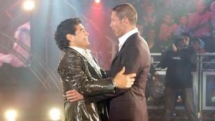Simeone abraza a Maradona el día que acudió a La Noche del Diez