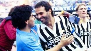 Cabrini y Maradona se saludan antes de un Napoli vs Juventus