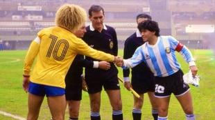 Valderrama y Maradona se saludan antes de un Colombia vs Argentina