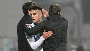 Lautaro Martínez, abrazado por Antonio Conte.