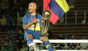 Serna con el trofeo de la Intercontinental y la bandera de Colombia,...