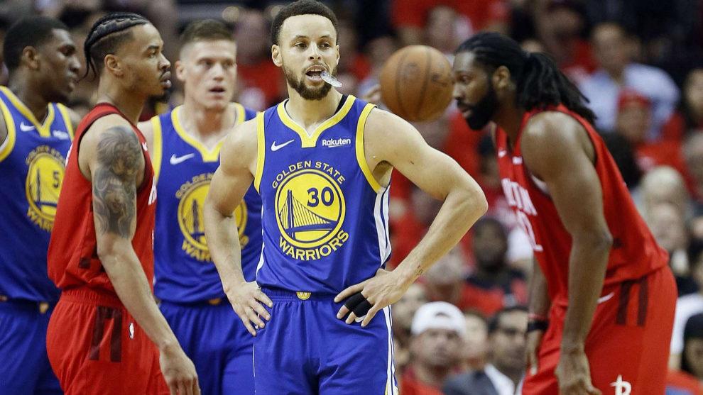 Stephen Curry pensativo en un partido ante los Rockets