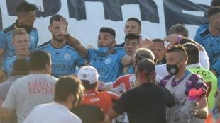 Escandalosa pelea en el partido entre Barracas Central y Belgrano