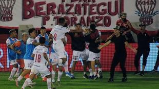Todos los jugadores van a abrazar a Chávez, autor del gol de la...