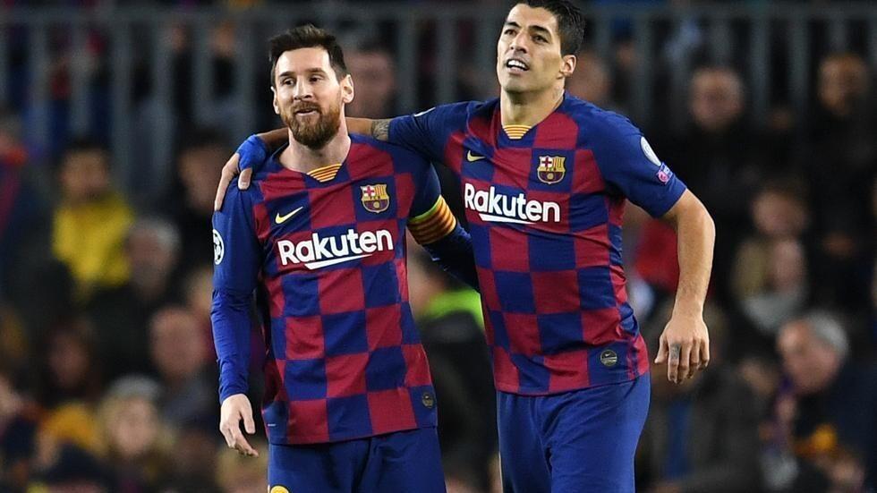Suárez sujeta por los hombros a Messi