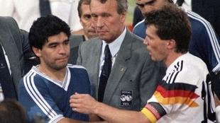 Lothar Matthäus saluda a Diego Maradona tras la final del Mundial de...