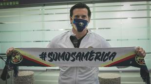Solari posa con la bandera del América.