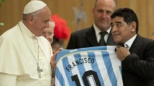 Francisco y Maradona durante el encuentro por el partido por la paz.