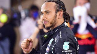 Hamilton cierra la mano tras una carrera.