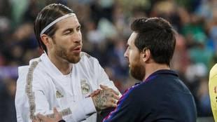 Sergio Ramos y Messi se saludan en un Clásico Real Madrid vs...