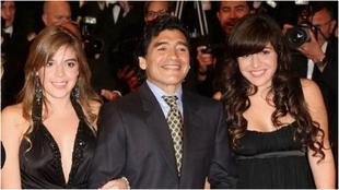 Maradona con sus hijas Dalma y Giannina.