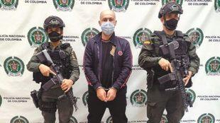 Alias 'Messi', rodeado por dos policías, tras ser...