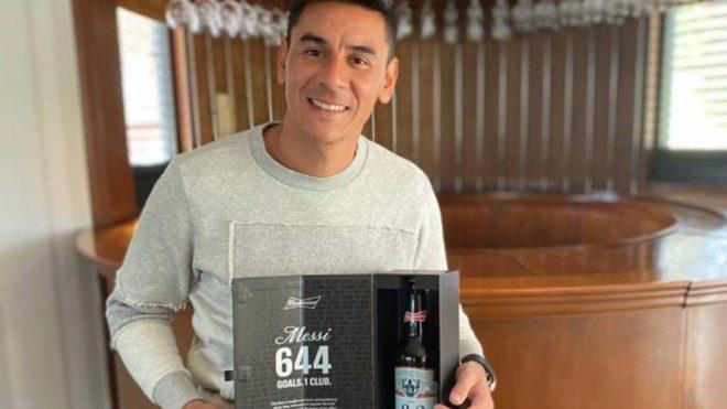 Ustari posa con el regalo recibido de la botella de cerveza.
