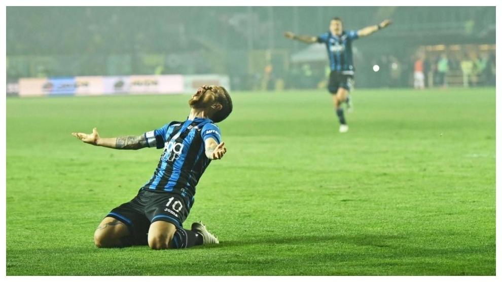 Papu Gómez celebra un gol con el Atalanta