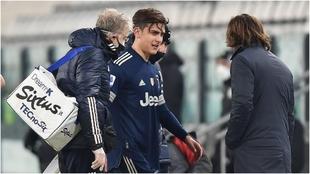 Paulo Dybala, con Andrea Pirlo en el momento de su cambio en el...