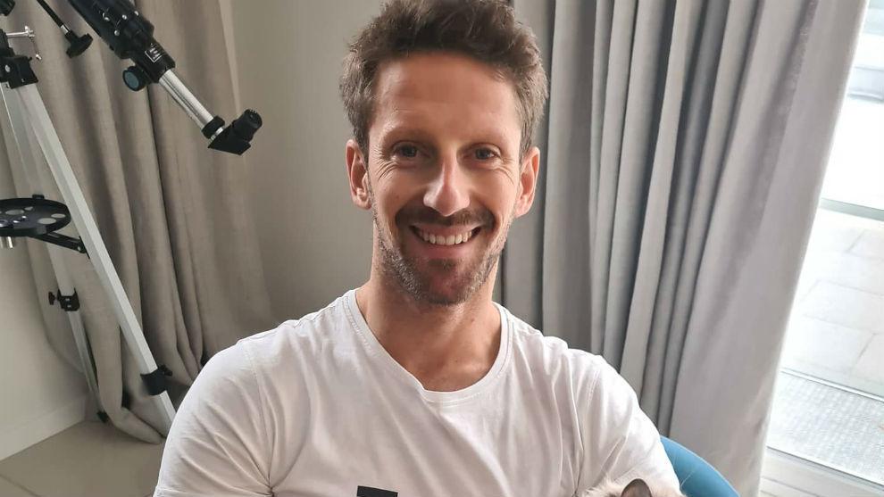 Romain Grosjean sonríe pese a la gravedad de su lesión