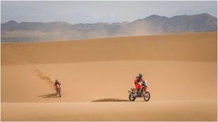 Kevin Benavides, en el desierto.