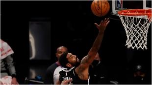 Irving entra al aro con una bandeja.