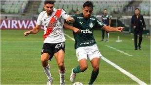 Montiel disputa un balón con un jugador del Palmeiras.