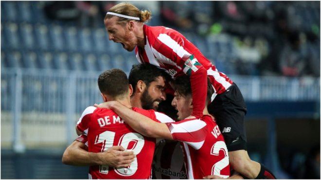 De Marcos, Muniaín y Vencedor abrazan a Raúl García tras uno de sus goles.