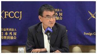 Taro Kono atiende a los periodistas en una conferencia de prensa.