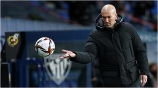 Zidane agarra la pelota durante el partido Athletic-Real Madrid.