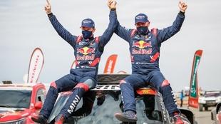 Peterhansel y Boulanger festejan el triunfo en el Dakar.