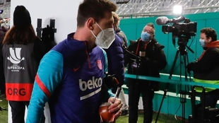 Messi se retira de la cancha con el mate en mano.