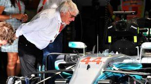 Bernie Ecclestone no se cree las discusiones entre Lewis Hamilton y...