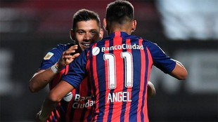 Ángel y Oscar Romero celebran un gol en San Lorenzo.