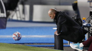 Zidane se lamenta sentado en el banco del Real Madrid.