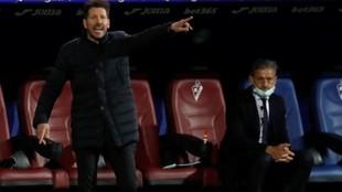 Diego Simeone da instrucciones en un partido.