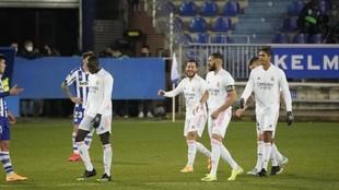 Benzema y Hazard celebran uno de los goles ante el Alavés.