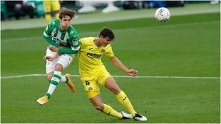 Pau Torres, de amarillo, forcejea con Miranda, del Betis.