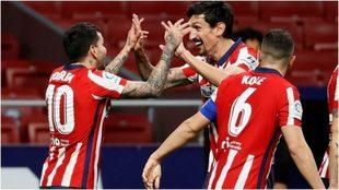 Savic felicita a Correa después de que hiciera el tercer gol del...