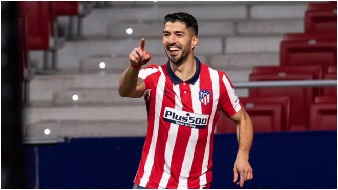 Luis Suárez festeja su gol número 12 con la camiseta del Atlético...